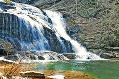 Caduta dell'acqua con il bacino verde Immagine Stock