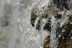 Caduta dell'acqua congelata nel movimento Fotografie Stock