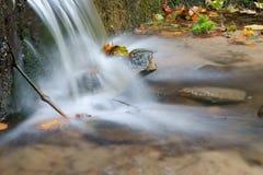 Caduta dell'acqua di un'insenatura Fotografia Stock Libera da Diritti