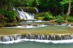 Caduta dell'acqua in foresta profonda Fotografie Stock Libere da Diritti