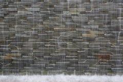 Caduta dell'acqua sulla parete Fotografie Stock Libere da Diritti