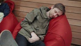 Caduta dell'uomo addormentata durante la sua prima colazione dopo lo studente delle free lance del lavoro straordinario occupato  stock footage