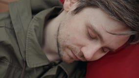 Caduta dell'uomo addormentata durante la sua prima colazione dopo lo studente delle free lance del lavoro straordinario occupato  video d archivio