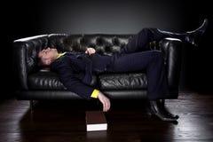 Caduta dell'uomo addormentata mentre leggendo Fotografia Stock Libera da Diritti