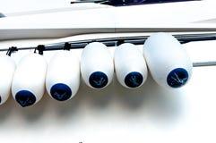 Caduta della guardia di paraurti del cuscino ammortizzatore della barca sulla ferrovia fotografia stock libera da diritti