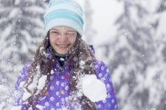 Caduta della neve del ritratto della donna di inverno Immagine Stock Libera da Diritti