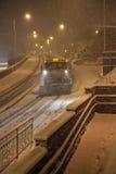 Caduta della neve pesante con l'aratro di neve/gritters Immagine Stock
