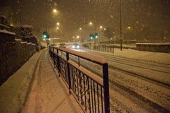 Caduta della neve pesante con passare traffico Fotografia Stock