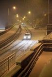 Caduta della neve pesante con passare traffico Immagini Stock