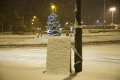 Caduta della neve pesante su un segno Immagini Stock Libere da Diritti
