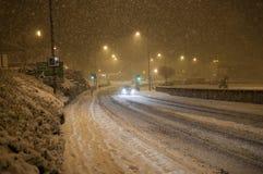 Caduta della neve pesante sulla strada alla notte Immagine Stock Libera da Diritti