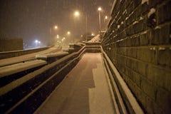 Caduta della neve pesante sulla strada alla notte Fotografie Stock Libere da Diritti