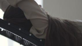 Caduta della ragazza sulla macchina per tirata il proprio scheletro video d archivio