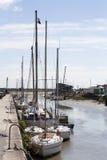 Caduta delle barche asciutta a bassa marea in Noirmoutier Fotografie Stock Libere da Diritti