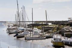 Caduta delle barche asciutta a bassa marea in Noirmoutier Fotografia Stock