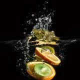 Caduta di frutti tropicali subacquea Fotografia Stock