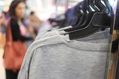 Caduta grigia della maglietta sulla ferrovia nel centro commerciale Fotografia Stock Libera da Diritti