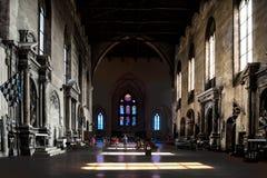 Caduta leggera attraverso le finestre sul pavimento della basilica San Domeniko Siena, Toscana, Italia, luce ed ombra in chiesa fotografia stock