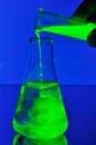 Caduta liquida fluorescente in boccetta fotografia stock libera da diritti