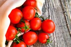 Caduta matura rossa dei pomodori dal sacco Vista rustica Immagini Stock