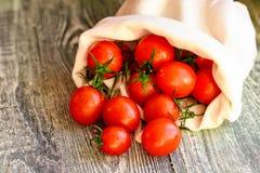 Caduta matura rossa dei pomodori dal sacco Vista rustica Fotografie Stock