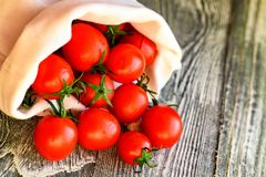 Caduta matura rossa dei pomodori dal sacco Vista rustica Immagine Stock