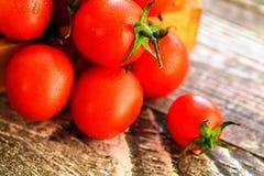 Caduta matura rossa dei pomodori dalla scatola Vista rustica Fotografia Stock Libera da Diritti