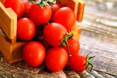 Caduta matura rossa dei pomodori dalla scatola Vista rustica Immagini Stock Libere da Diritti