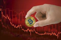 Caduta nel bitcoin di scambio Diminuzione del cryptocurrency di valore Fondo di caduta del grafico di prezzi di tendenza al ribas immagine stock libera da diritti