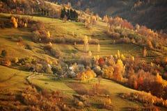 Caduta in paesino di montagna Scena di ottobre Fotografie Stock