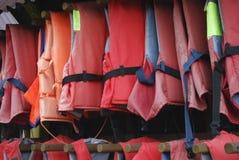 Caduta rossa dei giubbotti di salvataggio Immagini Stock Libere da Diritti