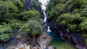 Caduta sbalorditiva dell'acqua nelle montagne Fotografie Stock Libere da Diritti