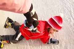 Caduta sui pattini di ghiaccio Immagini Stock