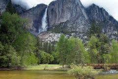 Caduta superiore di Yosemite con il fiume di Merced ed il ponte del piede Immagini Stock Libere da Diritti