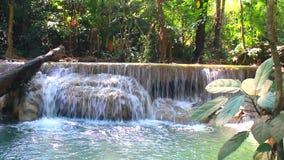Caduta Tailandia dell'acqua di Erawan stock footage
