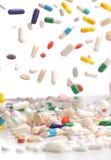 Caduta variopinta delle pillole della medicina Fotografia Stock