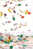 Caduta variopinta delle pillole della medicina immagine stock
