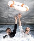 Cadute degli uomini d'affari di aiuto Fotografie Stock Libere da Diritti