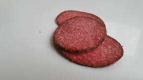 Cadute del salame della salsiccia un fondo bianco stock footage