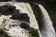 Cadute dell'arcobaleno del fiume di Wailuku Immagine Stock