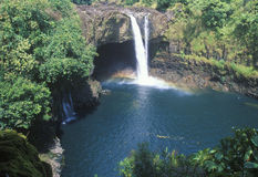 Cadute dell'arcobaleno, parco di stato del fiume di Wailuku, Hawai Immagine Stock