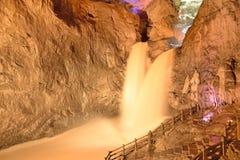 Cadute della femmina e del maschio in caverne della stalattite di Jiuxiang Immagine Stock