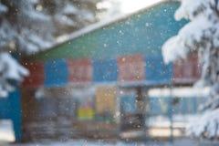cadute della neve di inverno un fondo indistinto la sfuocatura della costruzione Fotografie Stock