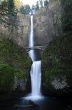 Cadute di Multnomah e ponte, gola del fiume Columbia Fotografia Stock Libera da Diritti