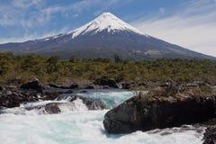 Cadute di Petrohue e vulcano di Osorno nel Cile Immagine Stock