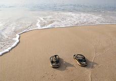 Cadute di vibrazione nella sabbia sulla spiaggia Immagini Stock Libere da Diritti