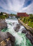 Cadute e l'edificio di Washington Water Power lungo il fiume di Spokane Fotografia Stock