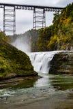 Cadute storiche del ponte & della tomaia di Portage - fiume di Portage - parco di stato di Letchworth Garden City - Livingston &  immagine stock