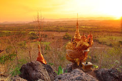 Cae casi abajo la pagoda en Pra Thart Hin Kew, Tak, Tailandia Imagen de archivo