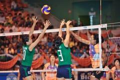 Cae la bola en chaleng de los jugadores de voleibol Foto de archivo